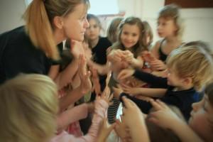 Slovenija, Ljubljana, 26.03.2012. Sasa LONCAR s skupino otrok med plesno delavnico sodobnega plesa v Pionirskem domu na Vilharjevi v Ljubljani. Foto: Uros HOCEVAR/Delo